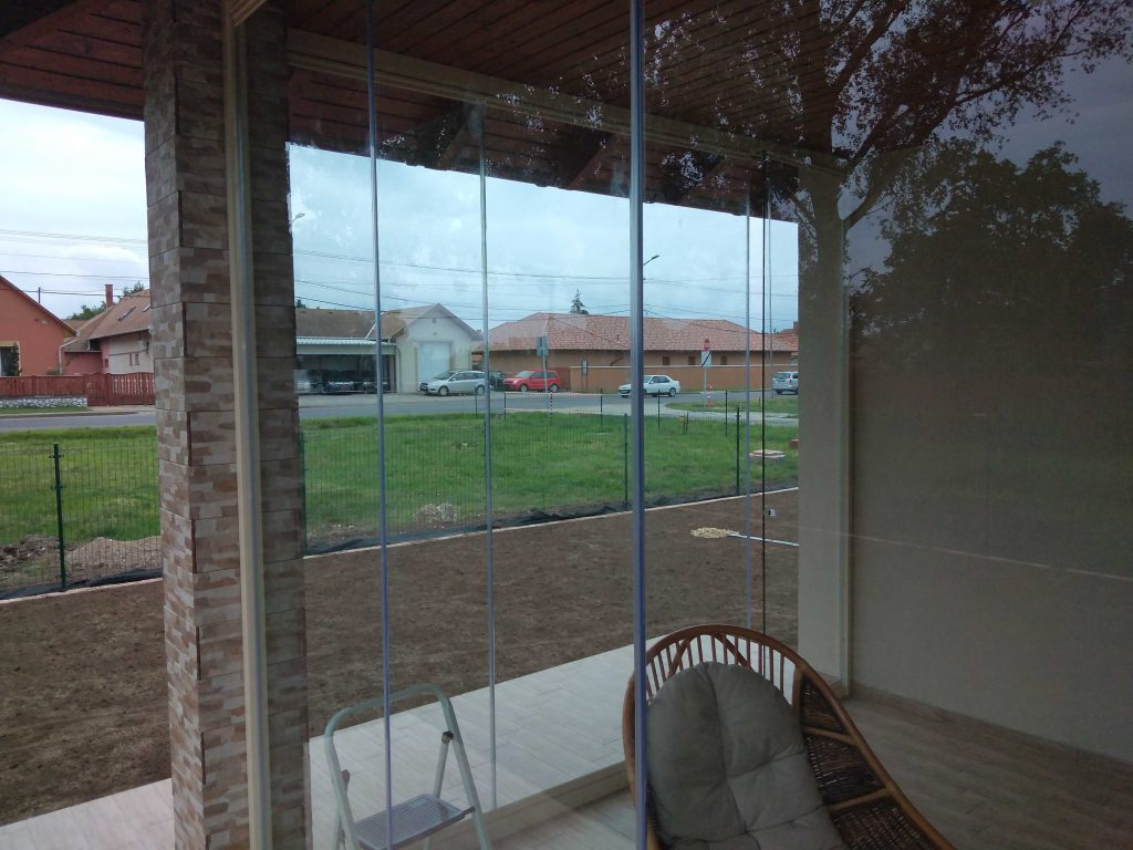 Lapozható üvegfal - keret nélküli üvegfalak, harmonika eltolható üvegfalak - Mire használjuk őket?